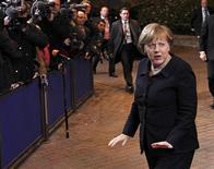 <p>La chancelière allemande Angela Merkel à son arrivée à Bruxelles. L'hypothèse d'un nouveau traité réservé aux membres de la zone euro et aux pays qui souhaiteraient les rejoindre prend corps jeudi soir à l'ouverture du sommet européen de Bruxelles. /Photo prise le 8 décembre 2011/REUTERS/François Lenoir</p>