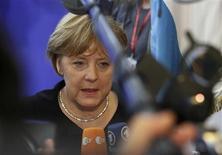 <p>La chancelière allemande, Angela Merkel, à Bruxelles. L'Allemagne rejette plusieurs mesures du projet de conclusions du sommet européen, notamment la possibilité d'octroyer une licence bancaire au futur mécanisme de soutien à l'euro et la création d'euro-obligations, selon un haut responsable allemand. /Photo prise le 8 décembre 2011/REUTERS/Sebastien Pirlet</p>