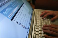 <p>Twitter a présenté une nouvelle version de son site, avec l'ambition de simplifier son service de micro-blogging et d'y faciliter l'implantation des entreprises pour y promouvoir leurs marques. /Photo d'archives/REUTERS/Mario Anzuoni</p>
