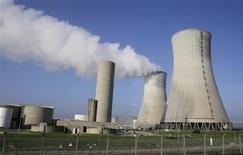 <p>La centrale nucléaire du Tricastin (Drôme) exploitée par Areva. EDF et Areva ont signé un contrat de plus de 600 millions d'euros portant sur la rénovation par le premier des systèmes de contrôle et commande de la sûreté des 20 réacteurs nucléaires du second. /Photo prise le 25 novembre 2011/REUTERS/Michel Euler/Pool</p>