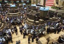 <p>Wall Street a ouvert en hausse vendredi, après l'annonce d'un nouveau traité intergouvernemental pour la zone euro auquel tous les pays de l'Union européenne sauf la Grande-Bretagne ont choisi de s'associer. Dans les premiers échanges, le Dow Jones gagnait 0,66% à 12.077 points. Le Nasdaq et le S&P 500 étaient aussi en hausse respectivement de 0,54% et 0,73%. /Photo d'archives/REUTERS/Brendan McDermid</p>