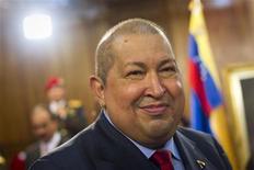 """<p>Le président vénézuélien Hugo Chavez, réputé pour ses excentricités, est l'un des personnages d'une crèche installée pour les fêtes dans le centre de Caracas. Pour faire bonne figure, la crèche """"chaviste"""" compte aussi une réplique de Simon Bolivar, le libérateur de l'Amérique du Sud au XVIIIe siècle et héros personnel de Chavez dont il revendique l'héritage politique. /Photo prise le 6 décembre 2011/REUTERS/Carlos Garcia Rawlins</p>"""