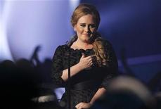 """<p>Imagen de archivo de la cantante británica Adele durante la presentación de su canción """"Someone Like You"""", en los premios MTV Video Music Awards en Los Angeles, ago 28 2011. La cantante británica Adele se convirtió en la primera artista en conseguir tres hitos en la lista del servicio electrónico de música iTunes al conseguir el sencillo y el disco más vendido del 2011 y ser nombrada Artista iTunes del año, dijo la firma el jueves. REUTERS/Mario Anzuoni</p>"""
