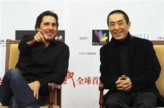 """<p>Zhang Yimou, uno de los más famosos directores de China, cuenta con el actor Christian Bale para ayudar a aumentar las posibilidades de su país de obtener un Oscar, con la historia de su última película sobre un capítulo trágico de la nación. En la foto, Bale y Zhang el domingo en el estreno de """"The Flowers of War"""" en Pekín. Dic 11, 2011. REUTERS/China Daily</p>"""