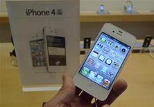 <p>Imagen de archivo de un teléfono iPhone 4s de Apple en una tienda de Clarendon, EEUU, oct 14 2011. El iPhone 4S de Apple, esperado desde hace mucho tiempo, y la última y gran creación de Samsung Electronics probablemente sobresaldrán en las ventas de la temporada navideña, que por lo demás se verán deslucidas por la incertidumbre económica global. REUTERS/Jason Reed</p>