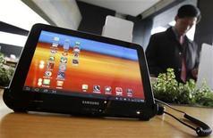 <p>Samsung Electronics espera incrementar sus ventas mundiales de teléfonos móviles en un 15 por ciento el próximo año gracias a la arrolladorea expansión del segmento de aparatos avanzados, lo que colocaría a la surcoreana más cerca de la líder Nokia, afirmó el martes un diario local. En la foto de archivo, un hombre pasa por detras del Galaxy Tab 10.1 tablet en Seúl. Dic 9, 2011. REUTERS/Kim Hong-Ji</p>