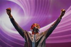 """<p>El cantante senegalés Youssou N'dour durante el concierto """"Africa Celebrates Democracy"""", desarrollado en Túnes, nov 11 2011. N'dour, una estrella mundial de la música, dijo que se presentará a las elecciones presidenciales de su país del mes próximo, lo que supondrá un importante desafío para el veterano líder de la nación de Africa occidental Abdoulaye Wade. REUTERS/Anis Mili</p>"""