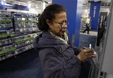 <p>Imagen de archivo de una mujer realizando unas compras al interior de la sección de discos de una tienda de la cadena minorista Best Buy en Nueva York, mar 27 2010. Las ventas de álbumes en Estados Unidos aumentaron el año pasado por primera vez desde el 2004, con un crecimiento del 1,4 por ciento hasta 330,6 millones de unidades, desde 326,2 millones en el 2010, según cifras publicadas el miércoles por la revista Billboard. REUTERS/Jessica Rinaldi</p>