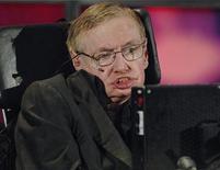 """<p>Imagen de archivo del físico Stephen Hawking durante una ceremonia en Kitchener, Canadá, jun 20 2010. El gran misterio del universo que deja perplejo a uno de los científicos más conocidos del mundo son... las mujeres. Cuando la revista New Scientist le preguntó al autor de """"Brief History of Time"""" en qué pensaba más, el profesor de la Universidad de Cambridge, renombrado por resolver algunos de los temas más complejos de la física moderna, respondió: """"Las mujeres. Son un misterio por completo"""". REUTERS/Sheryl Nadler</p>"""