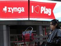 """<p>Imagen de archivo del logo de la desarrolladora de juegos online Zynga Inc en un panel del mercado Nasdaq en Nueva York, dic 16 2011. La desarrolladora de juegos online Zynga Inc lanzó el jueves un nuevo juego de palabras para móviles llamado """"Scramble with Friends"""" para expandir su base de usuarios más allá de Facebook y ponerse al día con la competencia en el mercado de los dispositivos portátiles. REUTERS/Brendan McDermid</p>"""