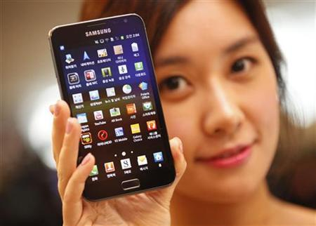 A model poses with a Galaxy Note of Samsung Electronics during a local launch event for Samsung's mobile devices at the company's headquarters in Seoul November 28, 2011. REUTERS/Lee Jae-Won