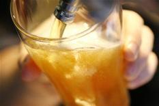 <p>Les Britanniques devraient s'abstenir de boire de l'alcool au moins deux jours par semaine afin de préserver leur santé, préconise une commission parlementaire dans un rapport publié lundi. /Photo d'archives/REUTERS/Daniel Munoz</p>