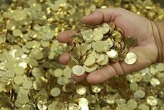 """<p>Des investisseurs ont accepté lundi de prêter à l'Etat allemand un montant total de 3,9 milliards d'euros à une échéance de six mois à un taux négatif, donc de payer pour lui prêter, conséquence du mouvement de """"fuite vers la qualité"""" en pleine crise de la dette dans la zone euro. /Photo d'archives/REUTERS/John Kolesidis</p>"""