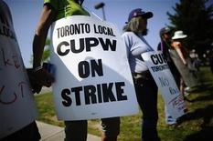 <p>Canadian Union of Postal Workers (CUPW) members stand in front of a Canada Post sorting facility in Toronto, June 15, 2011. REUTERS/Mark Blinch</p>
