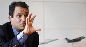 <p>Luiz Carlos Aguiar, jefe de la unidad de Defensa y Seguridad de Embraer, durante una entrevista con Reuters en Sao Paulo, ene 13 2012. La brasileña Embraer espera vender su avión militar ligero Super Tucano a más países de la Organización del Tratado del Atlántico Norte (OTAN), tras obtener un pedido de Estados Unidos que la colocó en las grandes ligas de los contratistas de defensa, dijo un ejecutivo de alto rango de la empresa a Reuters. REUTERS/Nacho Doce</p>