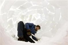 """<p>Un miembro del grupo de manifestantes """"Occupy"""" al interior de un iglú en Davos, ene 16 2011. Los manifestantes del movimiento """"Occupy"""" que se preparan para protestar contra el Foro Económico Mundial, el encuentro anual de ricos y poderosos en el centro de esquí suizo de Davos, comenzaron a instalar el lunes los iglús donde dormirán la próxima semana. REUTERS/Arnd Wiegmann</p>"""