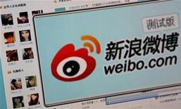 <p>Imagen de archivo del sitio web Weibo vista desde un ordenador en Pekín, sep 13 2011. El uso de microblogs en China se cuadriplicó en 2011 frente al año anterior, y casi la mitad de usuarios de Internet en el país recurre a estos servicios casi instantáneos para recopilar noticias y difundir puntos de vista, dijo el lunes un grupo de asesores del Gobierno. REUTERS/Stringer</p>