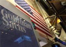 <p>Goldman Sachs a fait état mercredi d'une chute de 56% de son bénéfice au quatrième trimestre, à 978 millions de dollars, conséquence de la baisse des revenus de trading et de banque d'investissement. Ce recul est cependant moindre qu'attendu. /Photo d'archives/REUTERS/Brendan McDermid</p>