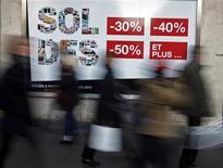<p>Une semaine après le démarrage des soldes d'hiver, le bilan provisoire se révèle négatif pour les ventes d'habillement, affectées par une conjoncture très déprimée et un climat général qualifié d'anxiogène par les professionnels du secteur. /Photo prise le 11 janvier 2012/REUTERS/Eric Gaillard</p>