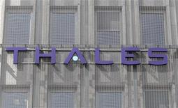 <p>Thales cède à Hertz de sa participation de 35% dans Navigation Solutions (NavSol), fournisseur exclusif des GPS de la flotte du loueur de voitures aux comptoirs des aéroports. Le groupe français d'équipements de défense, d'aéronautique et de sécurité ne précise pas le montant de la vente. /Photo d'archives/REUTERS/Charles Platiau</p>
