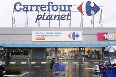 """<p>Carrefour a prévenu jeudi que la baisse de son résultat opérationnel 2011 se situerait dans le bas de la fourchette de ses prévisions et que le déploiement de Planet serait """"ajusté"""" cette année. /Photo prise le 19 janvier 2012/REUTERS/Yves Herman</p>"""