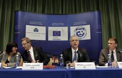 <p>Des représentants de la Commission européenne, de la Banque centrale européenne et du Fonds monétaire international lors d'une conférence de presse jeudi à Dublin. L'Irlande, un des trois pays de la zone euro à avoir dû recourir à une aide internationale, a passé avec succès la dernière inspection en date menée par le FMI et l'UE, ce qui ouvre la voie au versement d'une nouvelle tranche de cette aide. /Photo prise le 19 janvier 2012/REUTERS/Cathal McNaughton</p>