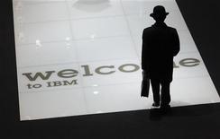 <p>IBM, numéro un mondial des services technologiques, a vu son bénéfice progresser de 11% au quatrième trimestre, battant le consensus et témoignant ainsi de la solidité du groupe en dépit des craintes entourant la santé de l'économie mondiale. /Photo d'archives/REUTERS/Thomas Peter</p>