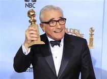 """<p>Imagen de archivo del cineasta Martin Scorsese celebrando tras recibir un Globo de Oro al Mejor Director por su cinta """"Hugo"""", durante la entrega de los premios en Beverly Hills, EEUU, ene 15 2012. El filme mudo """"The Artist"""" y la producción de Martin Scorsese """"Hugo"""" encabezaron la lista de candidatas al Oscar que se dio a conocer el martes, incluyendo una nominación como mejor película para cada una, en los premios cinematográficos más importantes del mundo. REUTERS/Lucy Nicholson</p>"""