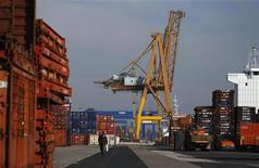 <p>Cranes and containers are seen at the port in Lisbon January 11, 2012. REUTERS/Rafael Marchante</p>
