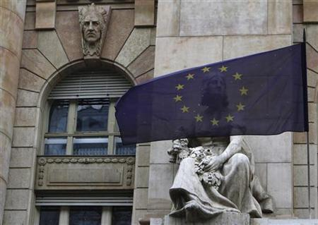 An EU flag flies on the frontage of the National Bank of Hungary building in Budapest, January 18, 2012. REUTERS/Bernadett Szabo