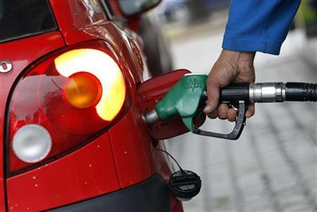 A driver refuels his car at a gas station in Milan November 8, 2011. REUTERS/Alessandro Garofalo