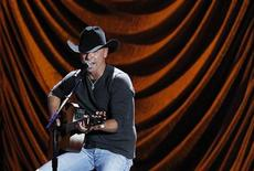 "<p>Kenny Chesney performs during ""A Decade of Difference: A Concert Celebrating 10 Years of the William J. Clinton Foundation"" at the Hollywood Bowl in Hollywood, California October 15, 2011. REUTERS/Mario Anzuoni</p>"