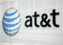 <p>Imagen de archivo del logo de una tienda de AT&T en Broomfield, EEUU, abr 20 2011. AT&T informó el jueves de una pérdida de 6.700 millones de dólares (unos 5.100 millones de euros) en el cuarto trimestre por cargos relacionados con su fracasado intento de quedarse con T-Mobile USA, que se sumaron a las fuertes ayudas que da para la compra de móviles avanzados como el popular iPhone. REUTERS/Rick Wilking</p>