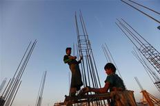 <p>Labourers work at a construction site in Yangon January 24, 2012. REUTERS/Soe Zeya Tun</p>