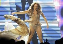 <p>Singer Jennifer Lopez performs at the 2011 American Music Awards in Los Angeles November 20, 2011. REUTERS/Mario Anzuoni</p>