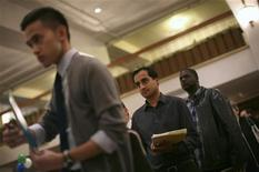 <p>Job seekers stand in line to speak with an employer at a job fair in San Francisco, November 9, 2011. REUTERS/Robert Galbraith</p>