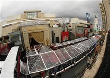 <p>Imagen de archivo del teatro Kodak en Hollywood, feb 23 2008. Eastman Kodak se apartó el miércoles de los focos de Hollywood, al pedir que su nombre fuera retirado del teatro que alberga la ceremonia de los premios cinematográficos Oscar. REUTERS/Lucy Nicholson</p>