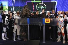 """<p>Imagen de archivo de un grupo de ejecutivos de Electronic Arts junto a una serie de personas disfrazadas como personajes del universo Star Wars en la apertura del mercado NASDAQ en Nueva York, dic 10 2011. Electronic Arts comunicó a sus inversores que su muy esperado juego """"Star Wars"""" comenzó con fuerza en las tiendas y negó las informaciones de que los jugadores lo estaban abandonando. REUTERS/Mike Segar</p>"""