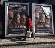 """<p>Odiada durante mucho tiempo en Argentina por liderar la guerra británica en las islas de las Malvinas, la imagen de Margaret Thatcher como una mujer vulnerable y mayor que sufre demencia en la nueva película """"The Iron Lady"""" ha generado lástima entre los espectadores argentinos. En la foto de archivo, un hombre pasa por delante de un cartel que anuncia el filme en Buenos Aires. Feb 3, 2012. REUTERS/Marcos Brindicci</p>"""