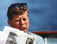 <p>El presidente de Estados Unidos John F. Kennedy en una fotografía sin fecha cortesía del museo y librería presidencial de John F. Kennedy. Una ex pasante de la Casa Blanca afirmó haber mantenido una aventura de 18 meses con el ex presidente John F. Kennedy durante su mandato, revelando detalles íntimos en un nuevo libro que saldrá a la venta el miércoles. REUTERS/JFK Presidential Library and Museum/Handout</p>