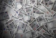<p>L'excédent de la balance des paiements courants du Japon a fondu en 2011 à son plus bas niveau en 15 ans, soulevant des doutes sur la capacité du pays à financer sa lourde dette publique sans recourir à l'extérieur. La balance des paiements courants du Japon affiche pour 2011 un excédent de 9.629 milliards de yens (94 milliards d'euros), en baisse de 44% par rapport à l'année précédente, son recul le plus marqué jamais enregistré. /Photo d'archives/REUTERS/Yuriko Nakao</p>