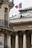 <p>La Bourse de Paris évolue dans le vert à la mi-séance. A 12h15, le CAC 40 avance de 0,57% à 3.430,96 points notamment soutenu par les bancaires, alors que les investisseurs espèrent une solution en Grèce. /Photo d'archives/REUTERS/Charles Platiau</p>