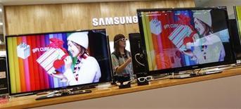 <p>Samsung Electronics observe une hausse des ventes de téléviseurs depuis le début de l'année et prévoit de lancer des modèles moins chers pour répondre à la demande sur l'entrée de gamme, a déclaré mercredi Kim Hyun-suk, vice-président exécutif de la division écrans de Samsung. /Photo prise le 29 juillet 2011/REUTERS/Lee Jae-Won</p>