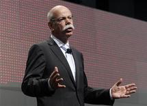 <p>Dieter Zetsche, président du directoire de Daimler. Le résultat d'exploitation (Ebit) du constructeur allemand a progressé de 39% au quatrième trimestre, comme attendu, et le bénéfice net a atteint 1,79 milliard d'euros, soit bien davantage que le consensus de 1,39 milliard. /Photo prise le 9 janvier 2012/REUTERS/Rebecca Cook</p>