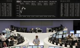 <p>La Bourse de Francfort. Les Bourses européennes ont réduit leurs gains jeudi à mi-séance, le CAC 40 gagnant 3%, le Dax allemand prenant 0,57%, le FTSE britannique 0,15%, dans un climat d'incertitude sur la capacité de la Grèce à prendre les mesures d'austérité exigées en contrepartie d'un second plan de sauvetage. /Photo prise le 9 février 2012/REUTERS/Remote/Sonya Schoenberger</p>
