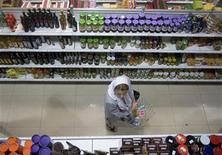 <p>A woman carrying a basket shops at a supermarket in northern Tehran, May 26, 2009. REUTERS/Morteza Nikoubazl</p>