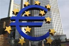 <p>La Banque centrale européenne a présenté de nouvelles règles assouplies relatives aux actifs acceptés en nantissement des prêts accordés aux banques dans certains pays de la zone euro, des mesures faisant partie des changements annoncés par la BCE en novembre dernier pour aider à résoudre la crise de la dette dans la zone euro. /Photo prise le 8 décembre 2011/REUTERS/Alex Domanski</p>