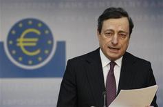 <p>Le président de la Banque centrale européenne Mario Draghi a ouvert la porte à une aide indirecte à la Grèce, après l'acceptation par les partis politiques grecs des mesures d'austérité, préalable obligé au déblocage d'un deuxième plan d'aide. /Photo prise le 9 février 2012/REUTERS/Alex Domanski</p>