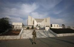<p>A paramilitary soldier keeps guard outside the Supreme Court building in Islamabad February 9, 2012. REUTERS/Faisal Mahmood</p>
