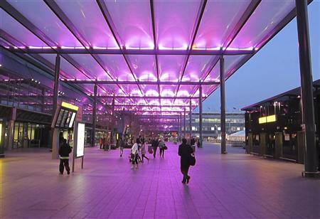 People arrive at departures at Heathrow Airport Terminal 3, in west London November 30, 2011. REUTERS/Paul Hackett